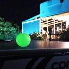 Ces balles de ping-pong brillent dans le noir